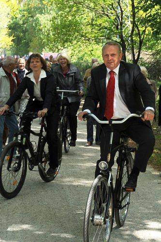 SDS-Werkleiterin Ilka Wilczek, Oberbürgermeisterin Angelika Gramkow (Mi.) und Minister Dr. Till Backhaus probierten den neuen Rad- und Wanderweg sofort aus. (Foto: SDS)