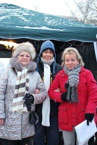 Gemeinsam mit ihren Vorgängerinnen Ruth Aleksander und Silvia Kreft ließ Kitaleiterin Marion Helmstedt (v. l. n. r.) die Geschichte der Kita Revue passieren. (Foto: DNU)