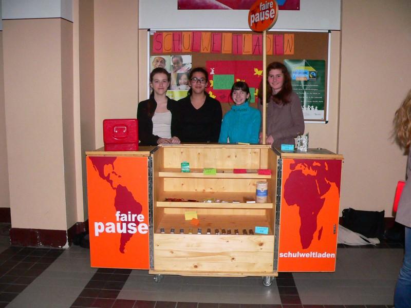 ''Verkaufsstand des Schulweltladens'': An diesem Stand verkauft der Schulweltladen in den Pausen am ''Fritz'' fair gehandelte Produkte. (Foto: Eine-Welt-Verein Schwerin)