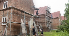 Nach der erfolgten Fassadensanierung werden die Gerüste entfernt. (Foto: maxpress/at)