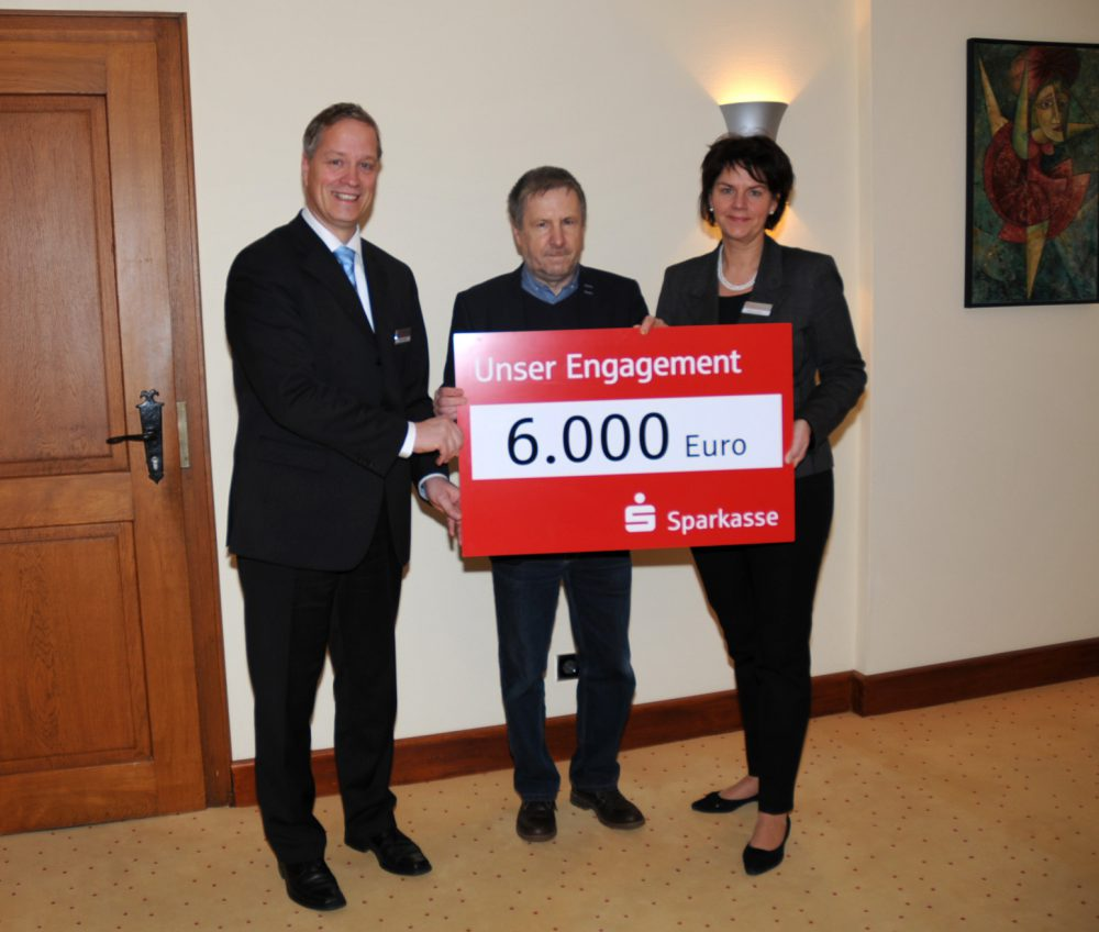 Die 6.000 Euro-Spende nahm Peter Grosch (Vorsitzender der Schweriner Tafel) von Maik Jensen (links) und Martina Loock von der Sparkasse Mecklenburg-Schwerin entgegen. (Fotos: Sparkasse)