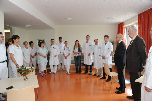 Klinikgeschäftsführer Enrico Jensch (2.v.re.) und Dr. Hagen Marin (re.) eröffneten gemeinsam mit Ärzten, Therapeuten und Pflegern die geriatrische Station. (Foto: Helios Kliniken Schwerin)