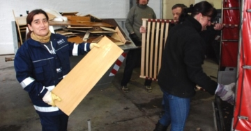 In einer riesigen überdachten Halle stehen die Container zur Entsorgung bereit. ALBA-Mitarbeiter helfen gern, wenn Sperriges zu entladen ist. (Foto: SDS)